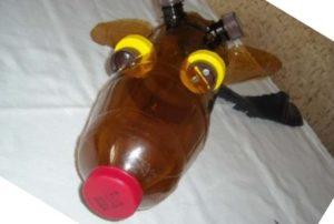 Голова жирафа из бутылок
