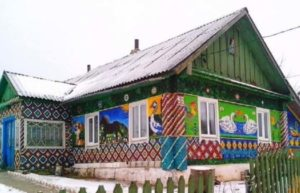 Дом с мозаикой из крышек