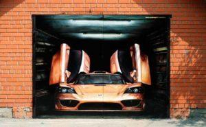 Гаражные вороты разрисованы крутым авто