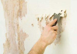 Шпателем очищаем стену