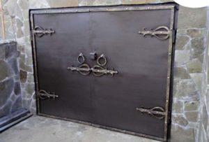 Элементы узоров из кованного железа на воротах