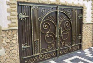 Узор из кованного железа на воротах