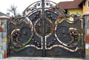Сказочный узор из кованного железа на воротах
