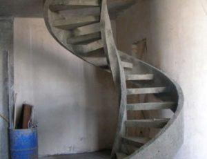 Бетонная лестница в гараже