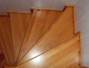 Ламинированная лестница в доме