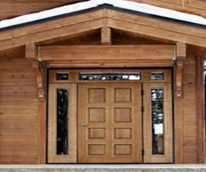 Деревянная дверь в частный дом