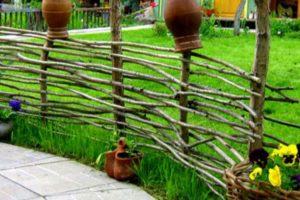 Необычные варианты – живая изгородь и плетеное ограждение