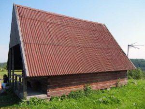 Крыша из шифера у шалаша