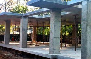 Колонны дома из залитого бетона