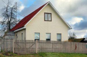 Дом с белым сайдингом