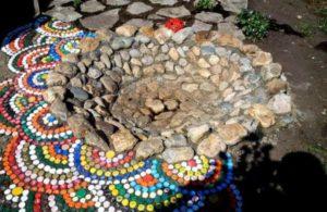Дорожка из крышек и камня