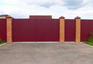 Краснокоричневый забор с профнастилом