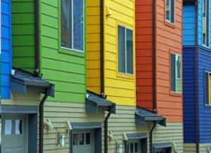 Яркие фасады домов