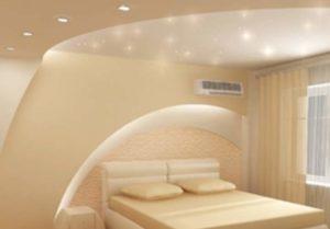 Выбирайте светлые тона панелей, если комната имеет невысокий потолок.
