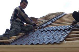 Для начала следует установить деревянную обрешетку