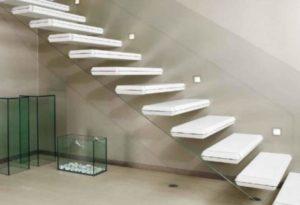 Стеклянные ступени на консольной лестнице
