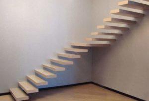 Деревянные ступени на консольной лестнице
