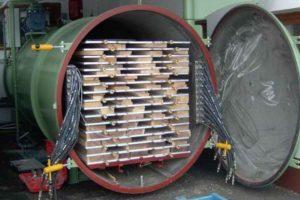 Изготовление сухого профилированного бруса камерной сушки проводится на высокоточном оборудовании и выполняется в несколько шагов. Отметим, что главным пунктом является именно просушивание древесины.