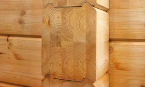 Третья разновидность бруса используется для того, чтобы создавать несущие опоры, каркасы лестниц и крыши, балки межэтажного перекрытия и прочее. Грани пиломатериала для стен могут быть и ровными, и с наличием шипов для создания прочного соединения. Остальные виды делают в разрезе прямоугольными или квадратными без вырезов.