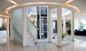 Белый холл с лифтом