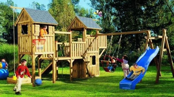 Детский домик на территории дачи