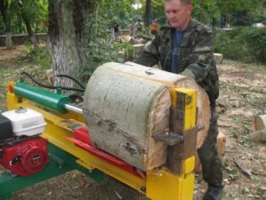 Желтая станина для дров