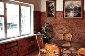 Стены из пробки в гостинной