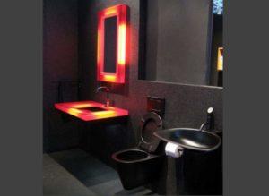 Черная туалетная комната