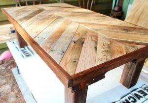 Для создания деревянного стола на дачу своими руками с клееной столешницей вначале следует подобрать доски с одинаковой шириной