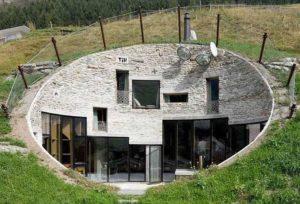 Второй дом тоже построен на склоне холма