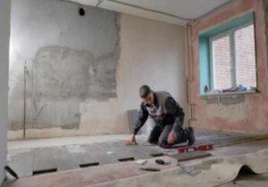 По всему периметру на стены помещения следует приклеить демпферную ленту