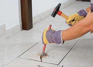 Начать выполнение работ следует с того, чтобы удалить затирку из швов вокруг испорченной плитки. Для этого используйте губку для мытья посуды и теплую воду, чтобы разрыхлить швы и убрать затирку при помощи скребка.