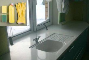 Грязь, которая попадает в комнату из открытых форточек, тоже может оставить следы на поверхности подоконника