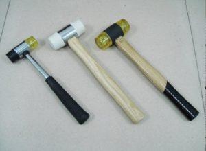 Если при укладке плитки вам срочно потребовался резиновый молоток