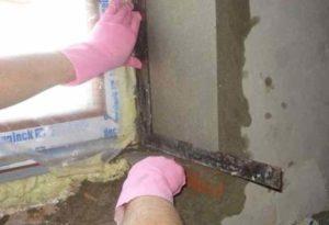 Процесс по отделке откосов смесями для оштукатуривания достаточно «грязный»