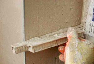 Прижмите материал к поверхности, придерживайте его 7 минут