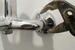 Лайфхаки в работе сантехников – ремонт течи в унитазе, труб и шарового крана