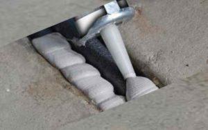 Подобными средствами можно выполнить обработку деформационных швов и трещин внутри бетона