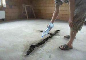 Сделайте в основании, которое изготовлено из бетона, следует сделать углубления на расстоянии приблизительно 5 метров друг от друга.
