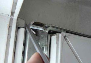 Не получается зафиксировать в закрытом положении дверь