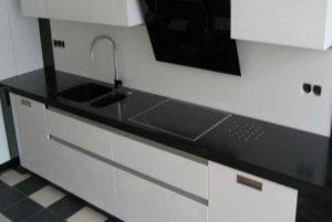 Самым непрактичным цветом для кухонной столешницы является черный