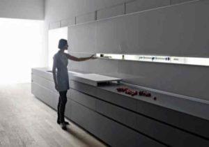 Навесные предметы мебели должны быть надежно закреплены к стенам, между ней и стеной ни в коем случае не должно быть зазоров.