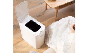 Обычно ведра, в которые сбрасывают все бытовые отходы, приходится прятать в недра шкафа на кухне