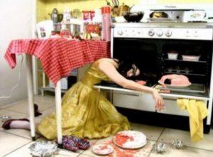 Изучите весь текстиль в кухне (тряпки, полотенца, салфетки, скатерти) и отложите отдельно те, на которых есть дырки или пятна.