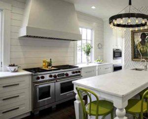 Идеально ровная и безупречная поверхность скинали из стекла будет прекрасно вписываться в любые кухонные гарнитуры