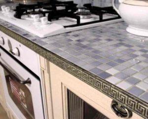 Обычно мозаика делается из стандартной керамической плитки