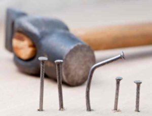 Как правильно забивать гвоздь: лучшие лайфхаки от мастеров