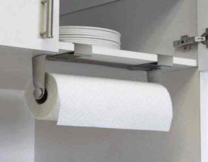 Для начала сделайте заглушку из газеты (бумаги), и ее следует вставить внутрь стержня из картона