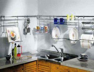 Достаточно часто на столешнице кухонных столов в зоне готовки у нас стоит множество ненужных вещей