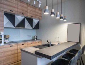 Паркет и ламинат на кухне проживут до первой протечки.